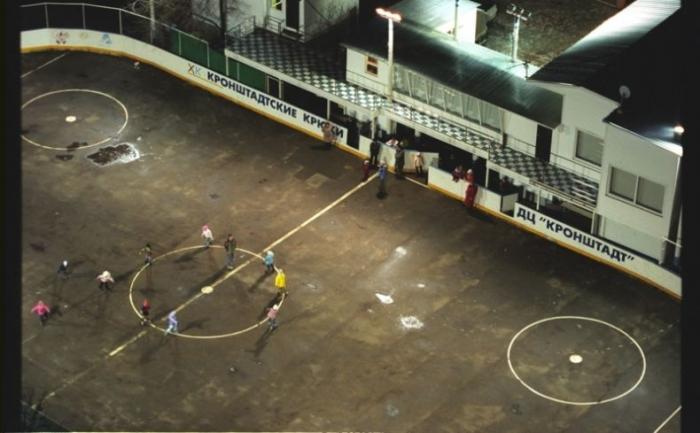 Теплая зима... Тренировка хоккейной секции... на роликах (2 фото)