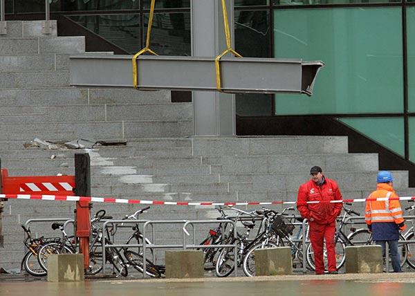 Падение колонны на вокзале в Берлине