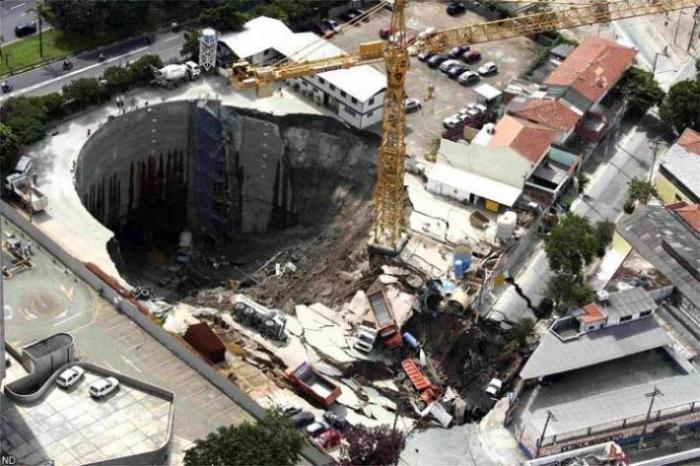 В Бразилии провалилась строящаяся станция метро (5 фото)