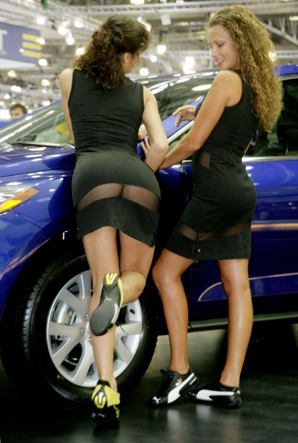 Классное платье на автовыставке )) (дальше еще фото)