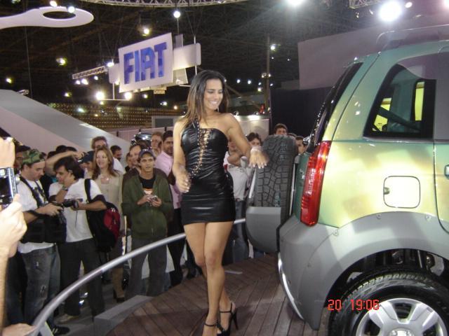 Презентация нового Fiat и девушка, забывшая правильно одеться (12 фото)