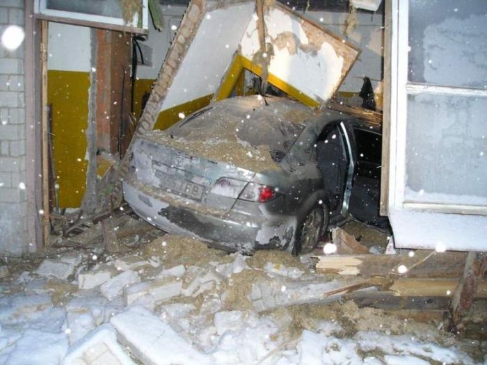 В Эстонии 10 подростков на угнанном автомобиле въехали в склад