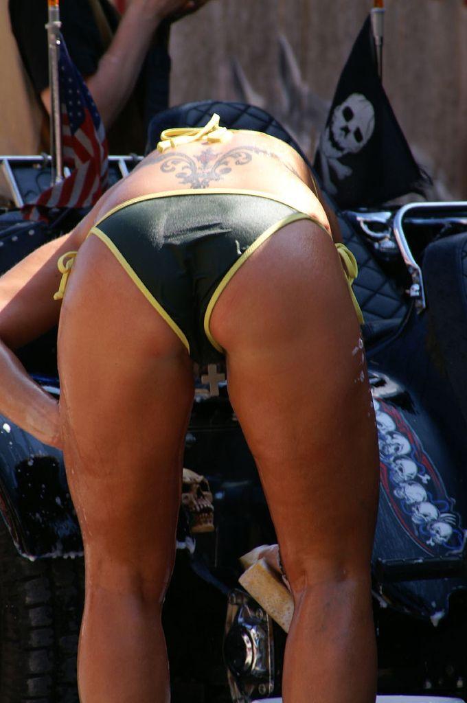 На автошоу девушки сначала вымыли машину, потом их покрасили (19 фото) НЮ