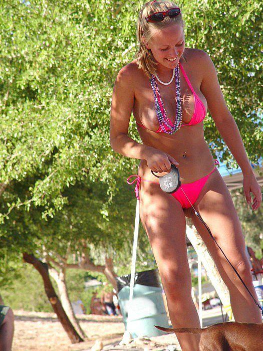 Девушка в розовом бикини выгуливает собачку (6 фото)