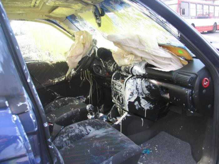 Ребята везли краску и попали в аварию. Смотрите, что получилось (3 фото)