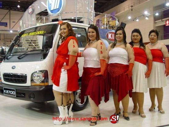 А вам какие девушки на автовыставках больше нравятся? (6 фото)