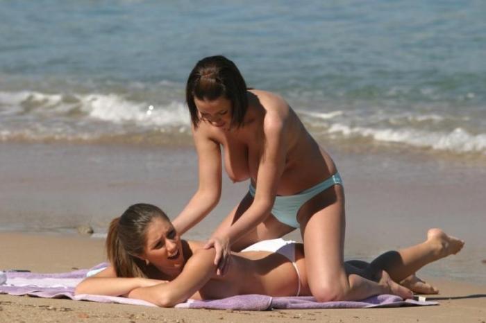 Lucy Pinder и Sophie Howard отдыхают на пляже (11 фото) НЮ