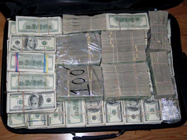 Изъятие денег у наркобарона (10 фотографий)