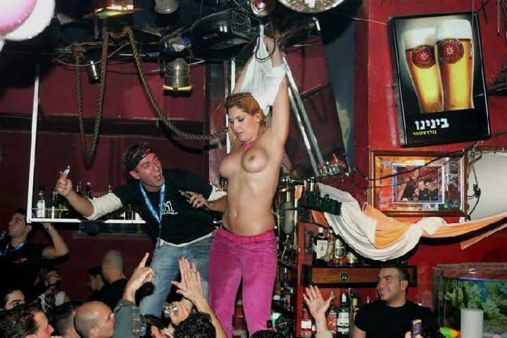 Пьяная тетка танцует стриптиз