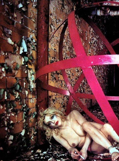 Ну и фотосессия! Американская рокерша Courtney Love НЮ (6 фото)
