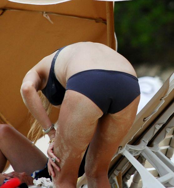 Еще одна слегка постаревшая красавица на пляже. Угадайте кто (9 фото)