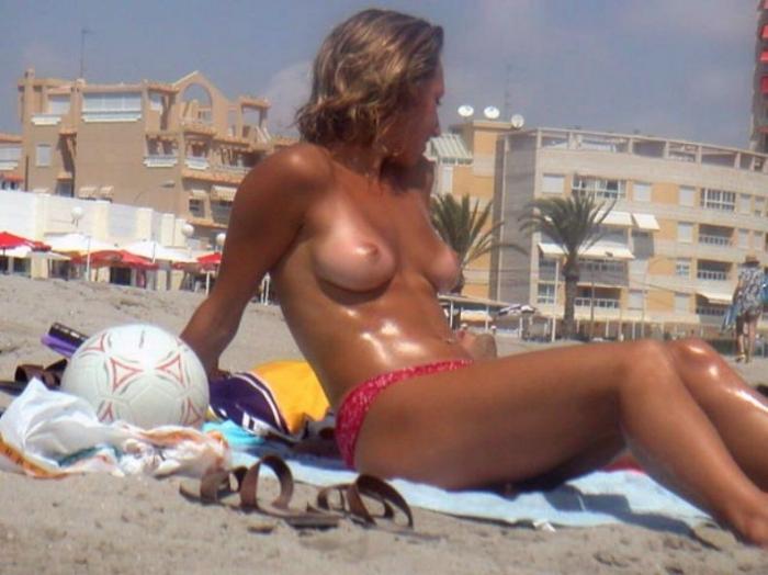 Девушки ТОПЛЕС на пляже. Часть 2.  ОСТОРОЖНО на работе (170 фото)