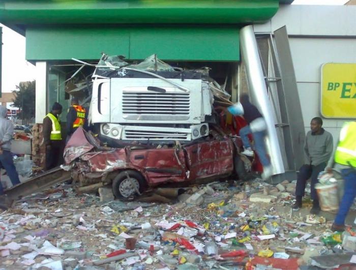 Жестокая авария. Грузовик не справился с управлением (12 фото)