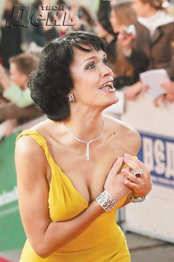 Во время вручения кинонаград MTV Россия с певицы и актрисы Славы спало платье (3 фото) НЮ