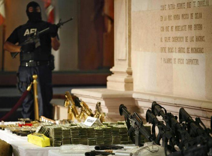 У мексиканского наркоторговца изъяли золотое оружие (3 фото + видео)