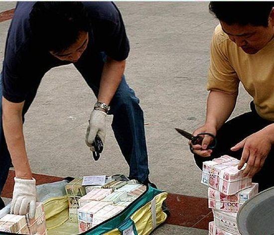 Сжигание 1 300 000 юаней (8 фото)