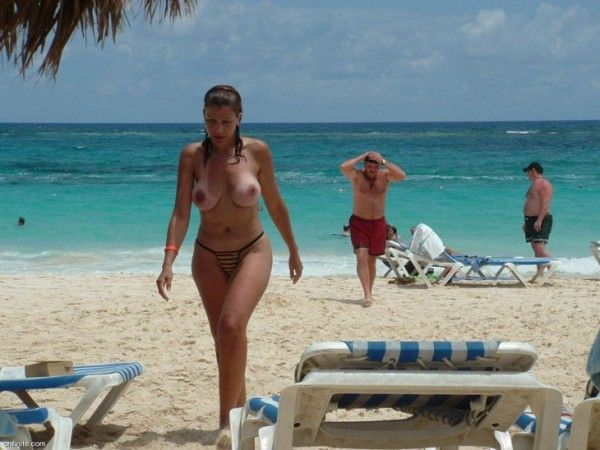 Девушки на пляже ТОПЛЕС (69 фото)