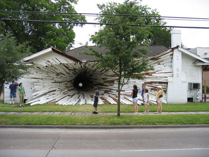 Дыра в доме (5 фото)