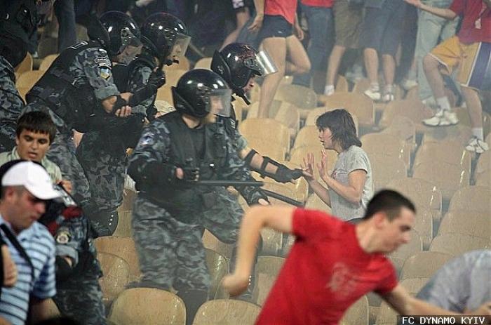 ОМОН избивает девушку во время финала Кубка Украины в Киеве (фото + видео)
