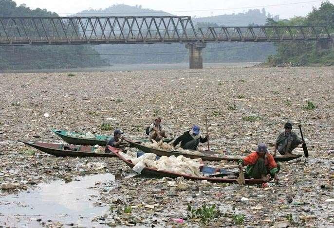 Самая грязная река в мире находится в Индонезии. Жесть (((( (4 фото)