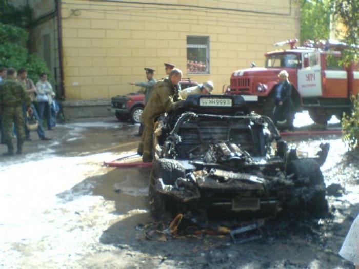В Костроме сгорел кабриолет Dodge Viper (13 фото)
