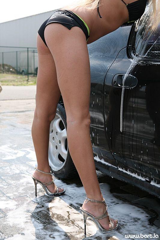 Ух! Девушки в бикини моют машины (26 фото)