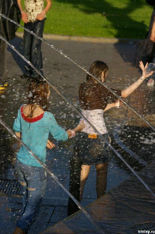 Девченки в фонтане (20 фото)