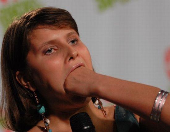 У нее большой рот (2 фото)