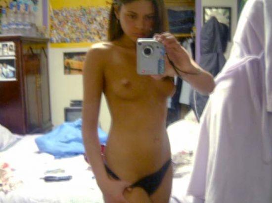 Новое увлечение у девушек - фотографироваться в зеркале топлес (45 фото) НЮ