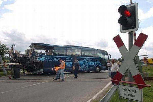 Поезд против автобуса (10 фото)