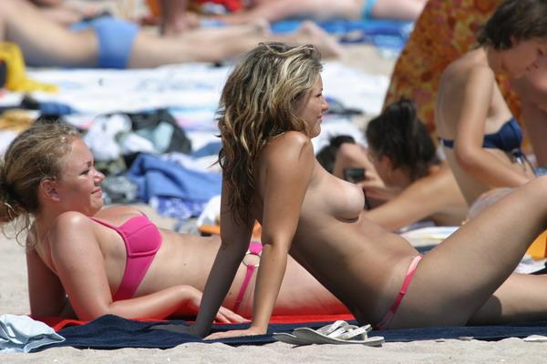 Небольшая, но весьма неплохая подборка девушек топлес на пляже (20 фото)