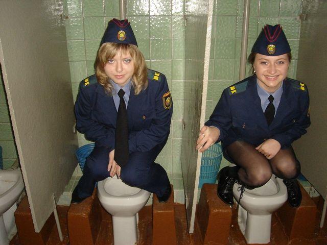 Интересная конструкция женского туалета (2 фото)