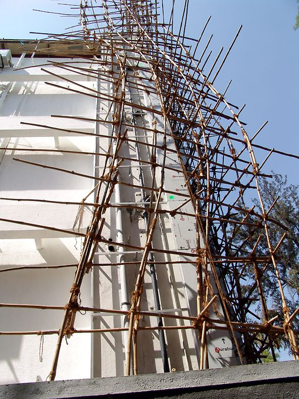Бамбуковые строительные леса в Азии (21 фото)