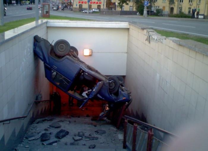 Что будет, если объединить пьяного за рулем и  подземный переход?