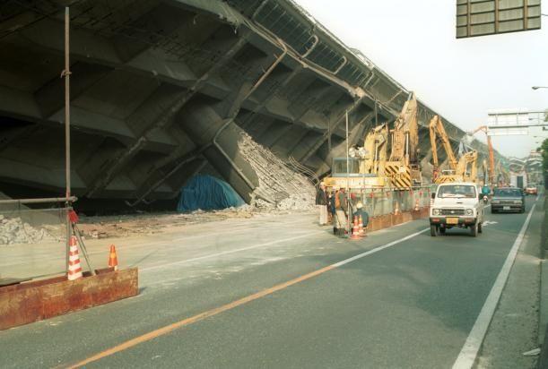 Обрушение моста в Японии (9 фото)