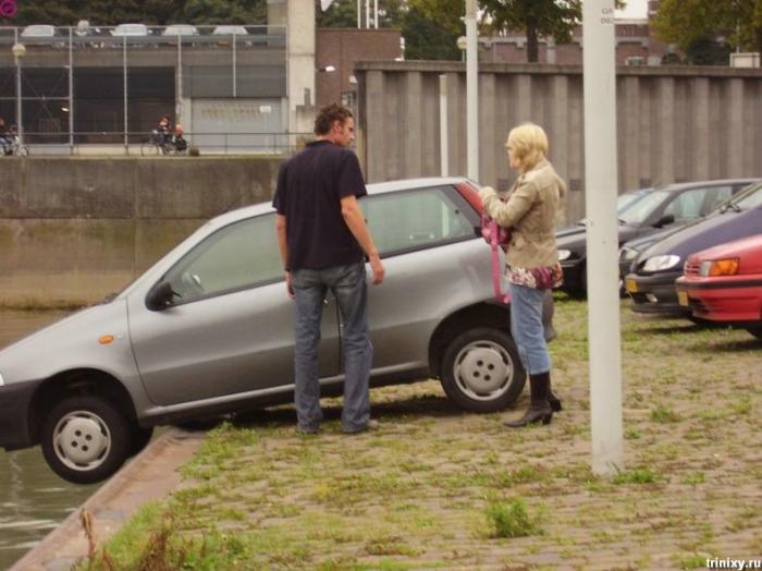 Блондинка на парковке (12 фото)