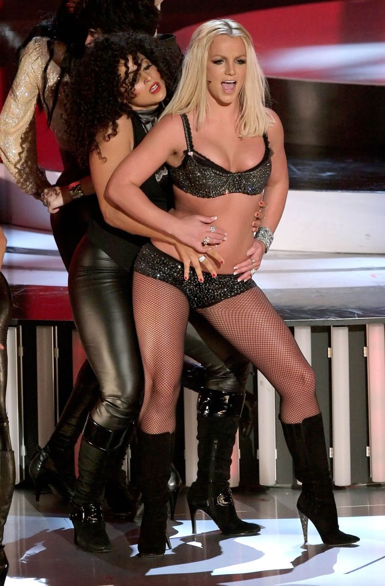 Britney Spears - Give me more на MTV VMA 2007 (14 Фото)