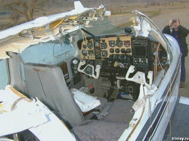 Жесть. У самолета снесло полкрыши (4 фото)