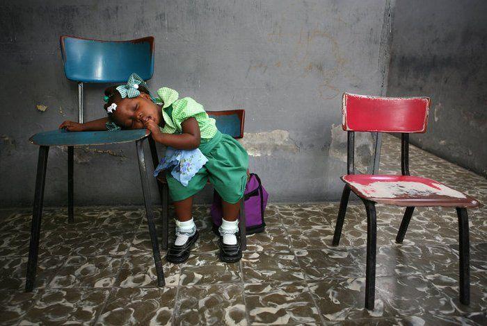 AP/Ariana Qubillos. Девочка спит в своем классе, Порт-о-Принс, Гаити