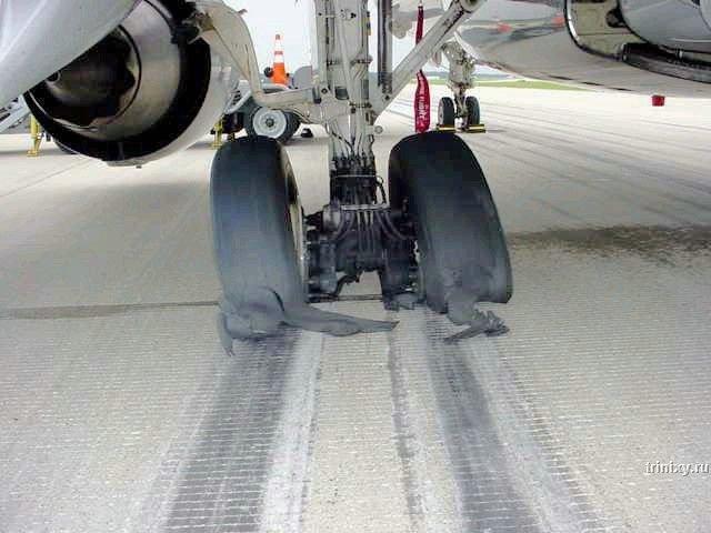 Что будет, если самолет не снять с парковочного тормоза (3 фото)