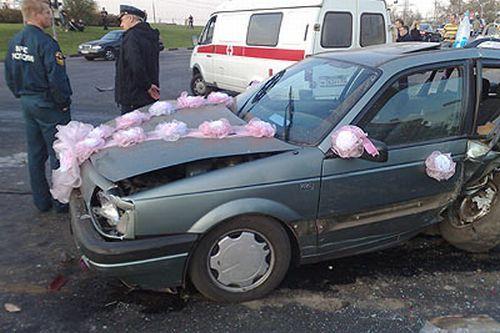 Волга протаранила свадебный кортеж (11 фото)