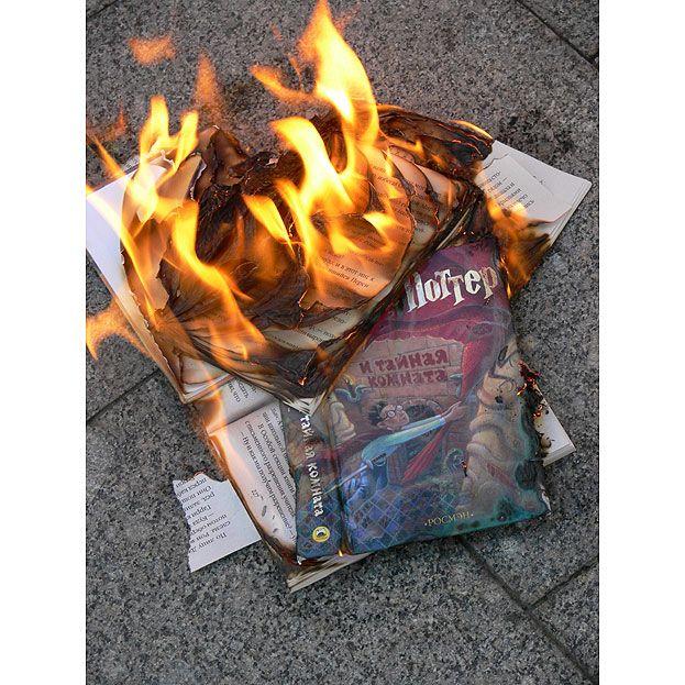Маразм крепчал. Сожжение новой книги про Гарри Поттера (10 фото)