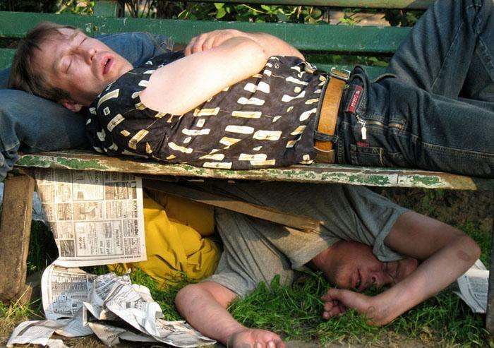 Пьяный сон в самых неожиданных местах (14 фото)