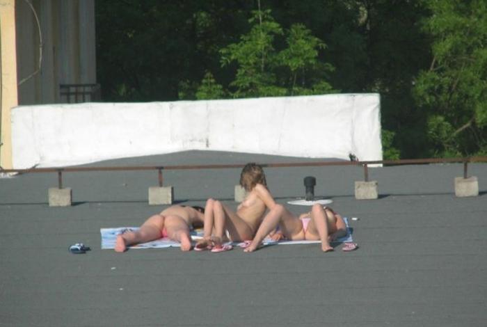 Девченки решили позагорать топлесс, а оказались в инете (11 фото) НЮ