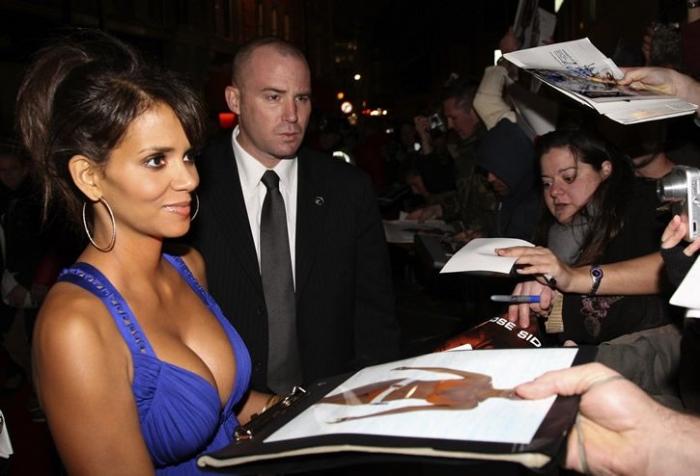 Огромная грудь Хэлли Берри (11 фото)