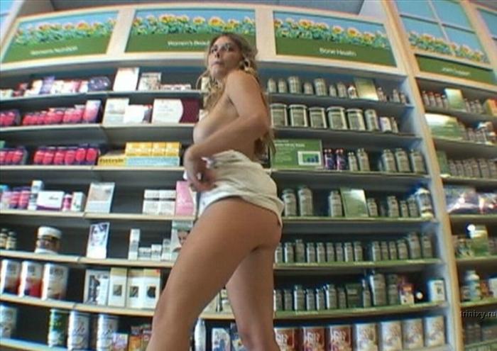 Девушке стало скучно и она решила прогуляться в магазине полуголой (12 фото)