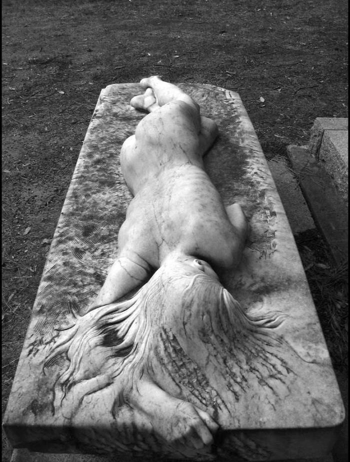 Очень необычное надгробие (3 фото)