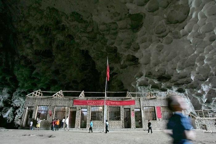 Деревня в пещере (11 фото)