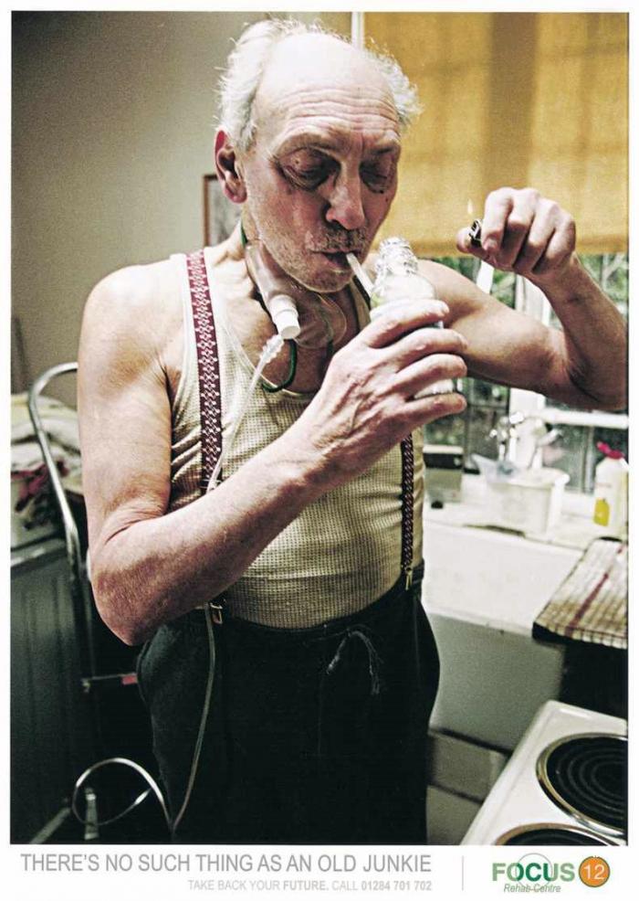 Жесть. Пожилых наркоманов не бывает (3 фото)