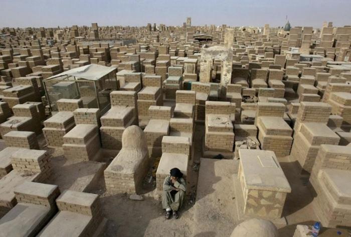 Самое большое мусульманское кладбище (3 фото)